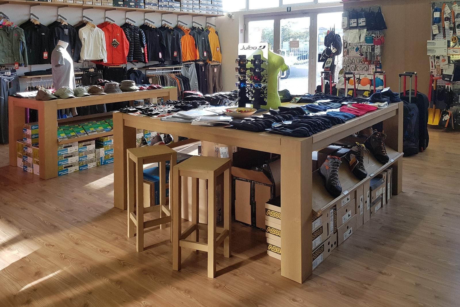 arredo negozi Grosseto - 099 Outdoor - tavolo centrale