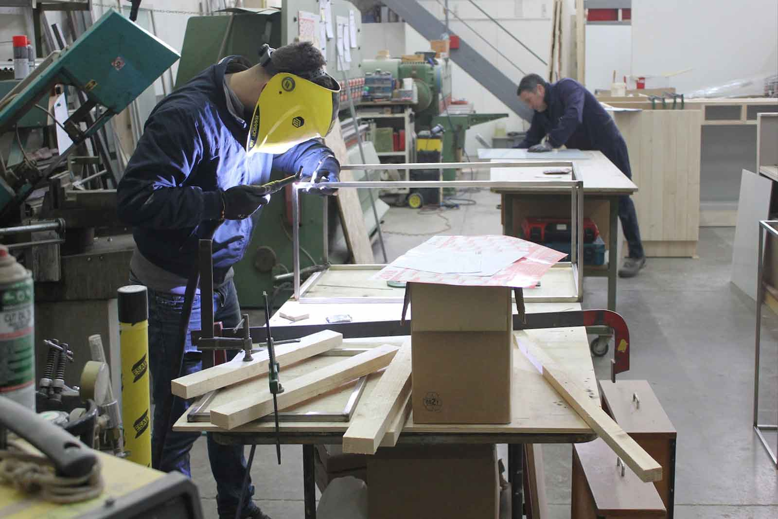 Dettaglio della lavorazione acciaio per la realizzazione dell'arredamento bar, ristoranti e gelaterie a Grosseto