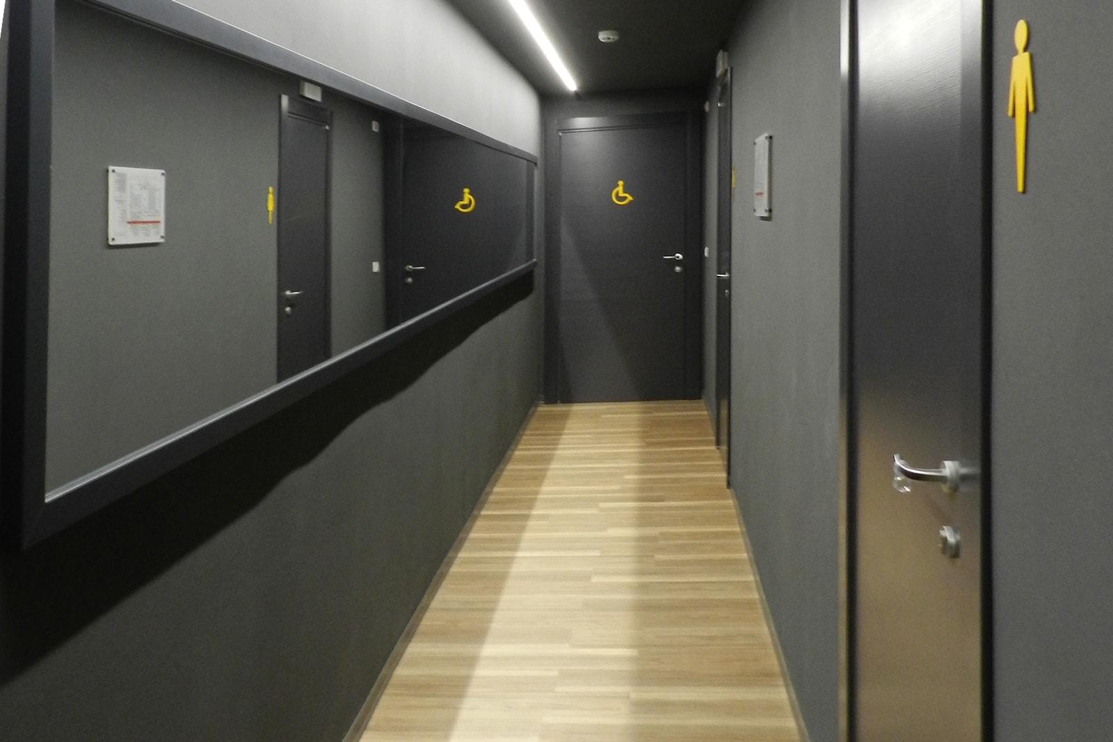 arredo grandi impianti a Grosseto - corridoio toilette